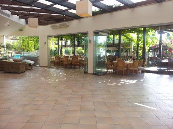 Andreas & Melani Beach Hotel: Innenbereich - rießig, leer, keine sauberen Böden