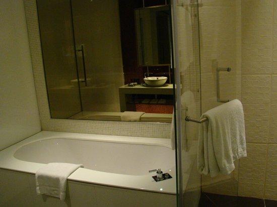 Yas Viceroy Abu Dhabi: washroom