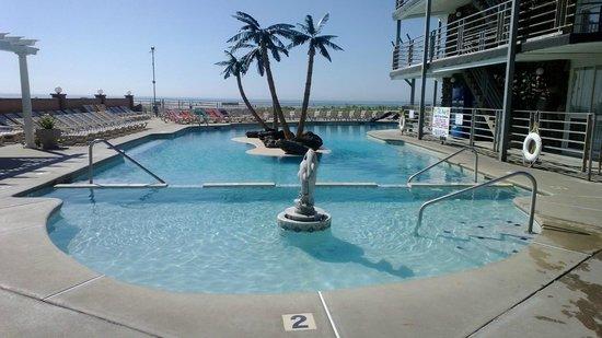 Royal Hawaiian Beachfront Resort: The pool at the Royal Hawaiian, looking out towards the ocean.  There is a separate hot tub behi