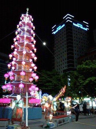 โตโยโกอินน์ปูซาน No.1: 釜山駅前の広場 後ろがホテルです。