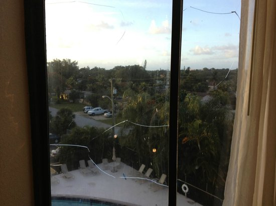 Boynton Beach, Φλόριντα: Broken glass window...