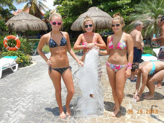 Hotel Riu Playacar: Ice Carving at the Pool