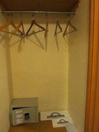 Days Hotel Iloilo: closet