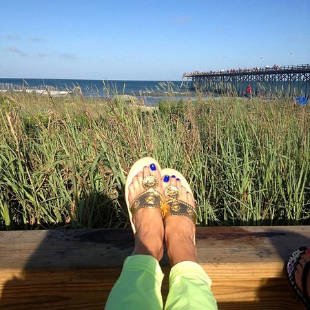 Freddie's Restaurante: Swinging on the sidewalk. Kure Beach Fishing Pier