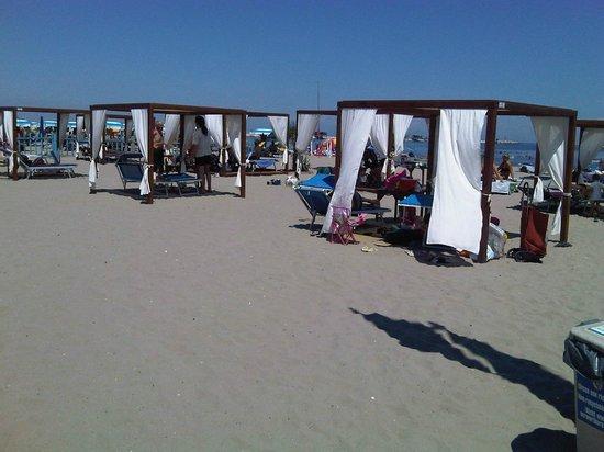 gazebo in spiaggia - Picture of Bagni Willi, Sottomarina - TripAdvisor