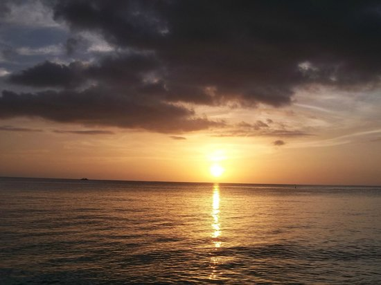 7 Mile Beach Resort and Club: Unbelievable sunsets