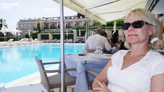 Hotel Luna: Lunching by the pool