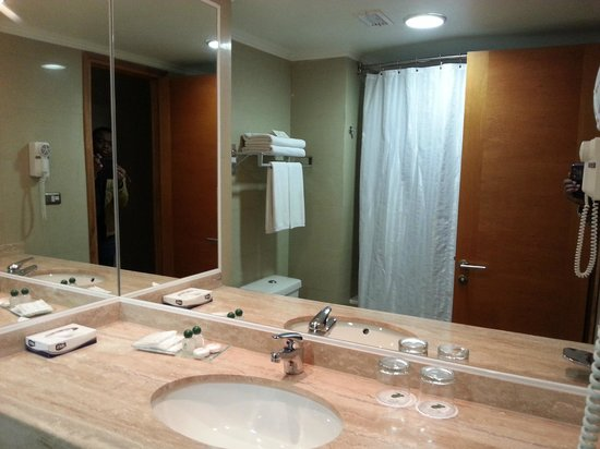 Diego de Almagro Valparaiso Hotel : Bathroom Mirror and Sink