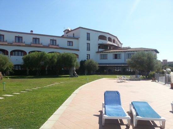 Alessandro Hotel: albergo visto dalla piscina