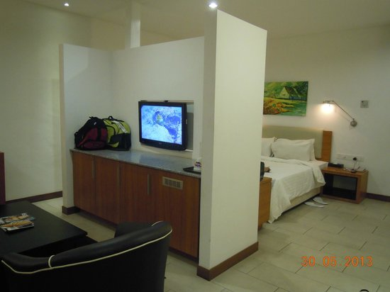 Gloria Plaza Hotel Sandakan: The partition that separates the bed and the sitting area