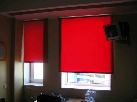 Tallinn Seaport Hotel: The atrocious red shades