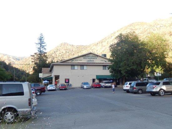 Cedar Lodge Restaurant: Restaurant on left, bar/restaurant on right