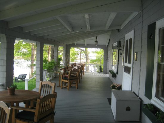 Bufflehead Cove Inn: Outdoor dining in good weather.