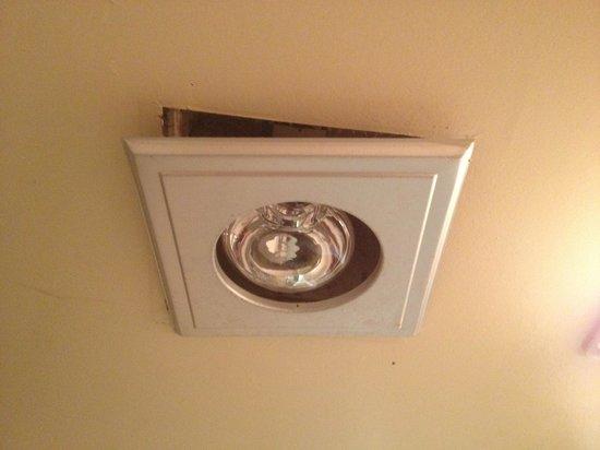 Quality Inn Norfolk Naval Base: Loose light fixture