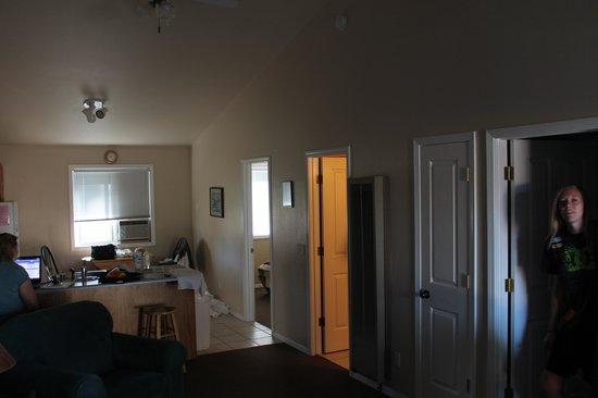 Mountain Landing Suites & RV Park: Living room