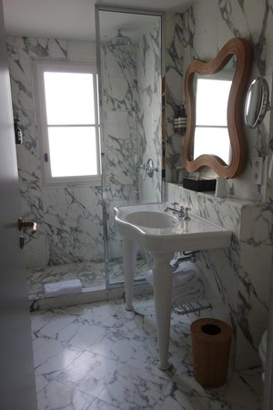 Hotel Thoumieux: All marble bath with stand-up shower