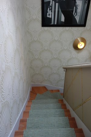 Hotel Thoumieux : Soothing wallpaper in hallways and on stairs
