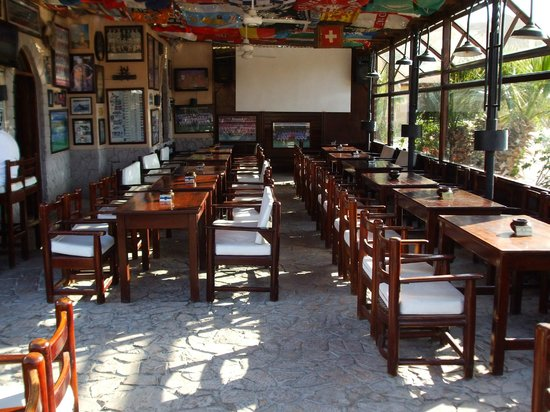 Jobo's Sports Bar & Restaurant : Covered tables and projection screen