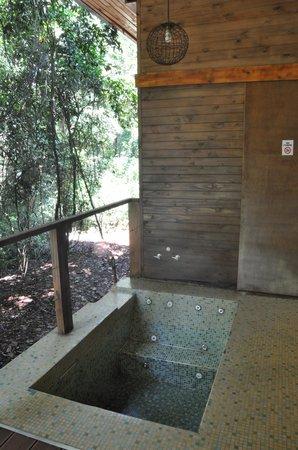 La Cantera Jungle Lodge: The Jacuzzi tub