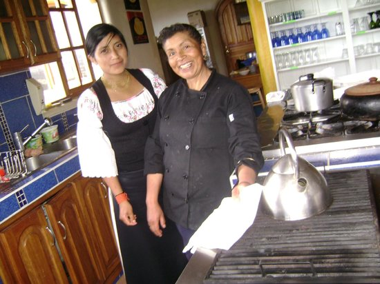 La Casa Sol Otavalo: Izolina e Sissa , da equipe da Casa Sol, posando na linda cozinha do hotel.