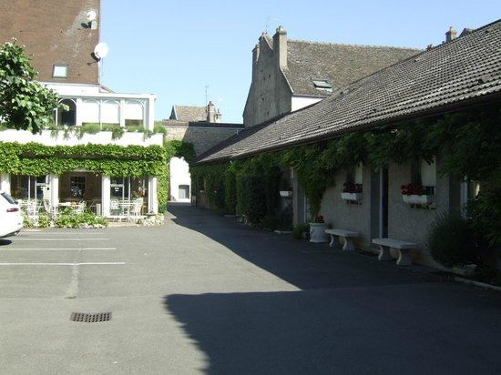 Hostellerie de Bretonniere: Looking towards entrance and breakfast room from first courtyard
