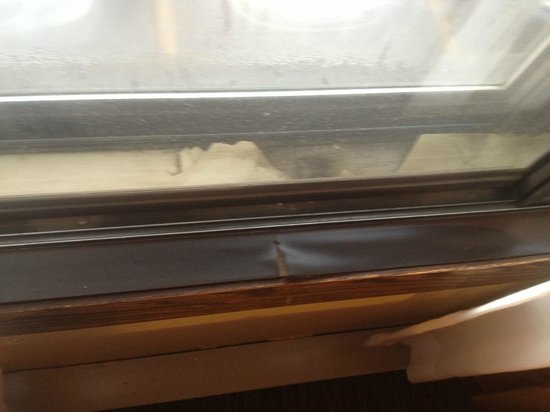 Econo Lodge Near Miller Hill Mall: window frames broken/molding/show condition of hotel