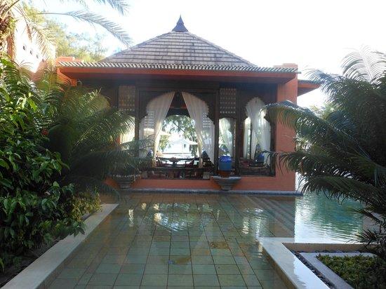 La Palmeraie Hotel: Pool surrounding the bar