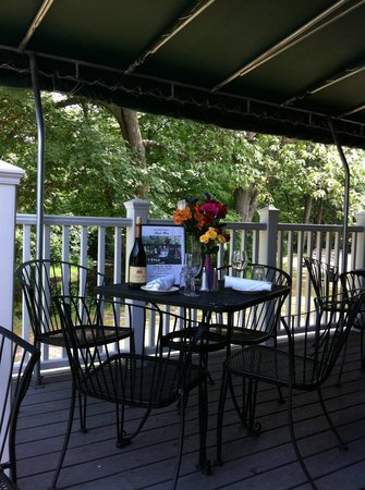 Jesse Camille's Restaurant: Jesse Camille's scenic deck dining overlooking babbling Hop Brook and golf course