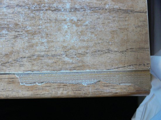 Flat Creek Inn: Rough and damaged bedside table