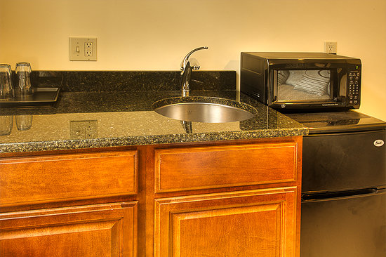 Lotus Guest House: Bar sinks with fridge and microwave in king rooms