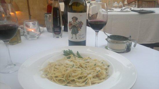 La Bruschetta: Ons favoriete gerecht Spaghetti Aglio e Olio met Parmezano en een fantastische fles huiswijn Roo