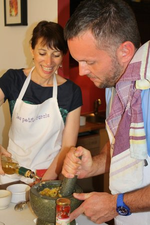 Les Petits Farcis : Rosa and our friend Eric making the delicious aioli