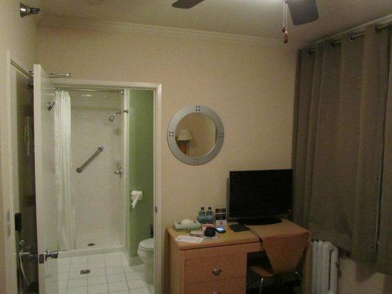 Hotel Stratford : TV y baño desde habitación