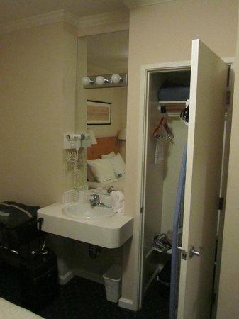 Hotel Stratford: Pequeño armario