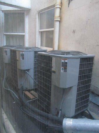 Hotel Stratford: Ventana a los compresores de aire acond.