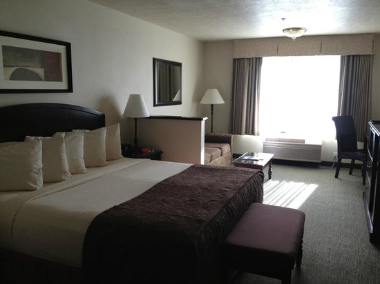 Oxford Suites Downtown Spokane: Standard room with bed and sitting area (sleeper couch)