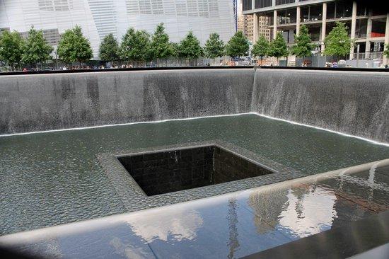 Ground zero pool where tower 1 stood foto di 911 - Ground zero pools ...