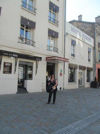 Kyriad Reims Centre: Em frente ao Hotel