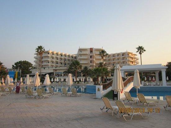 Louis Creta Princess Beach Hotel: hotellet taget från stranden