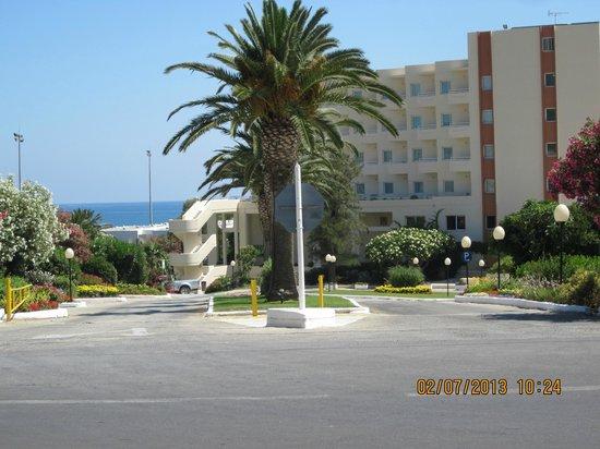 Louis Creta Princess Beach Hotel: hotellets framsida mot vägen