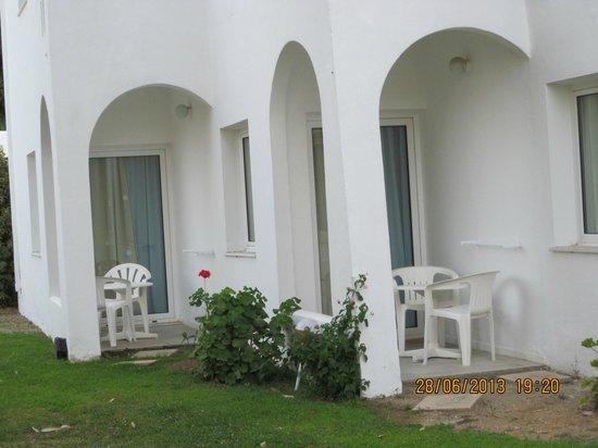 Louis Creta Princess Beach Hotel : uteplats låga byggnaden