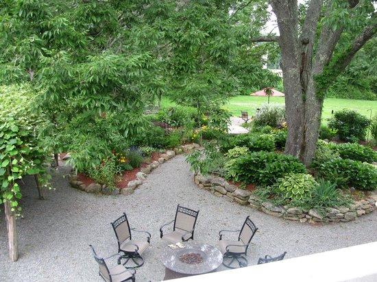Stonecroft Country Inn: Garden area