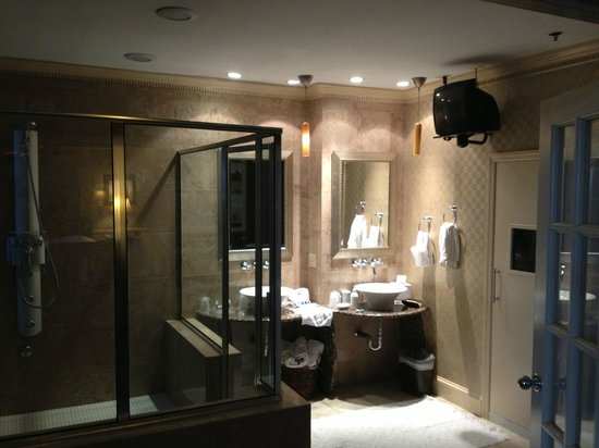 Holiday Inn Gaithersburg: Bathroom with full walk-in shower and sauna