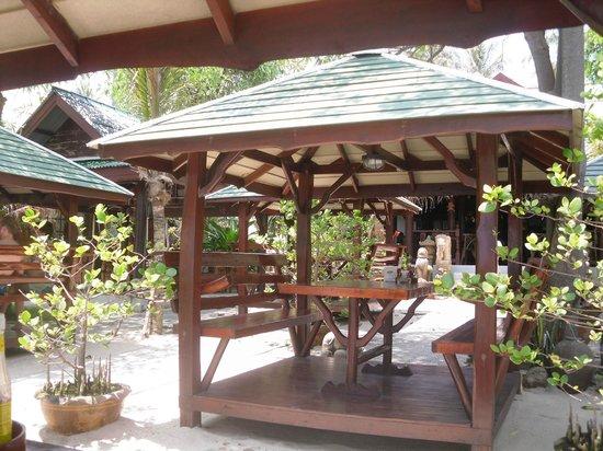 Grand Thai House Resort: a 100 m de l hotel pour manger sur la plage ( 3 euros)
