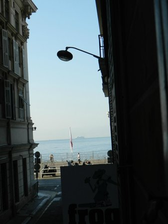 Mercure Nice Marché aux Fleurs: View from our Standard Double shows great hotel location.