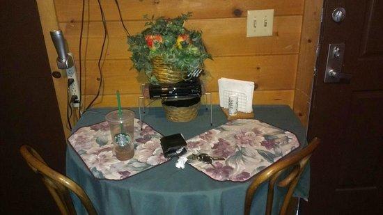 Big Bear Manor Spa Cabins: Cute dining area below flat screen