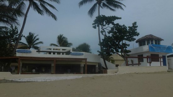 Kite Beach Hotel: view of resturant and kite school from beach