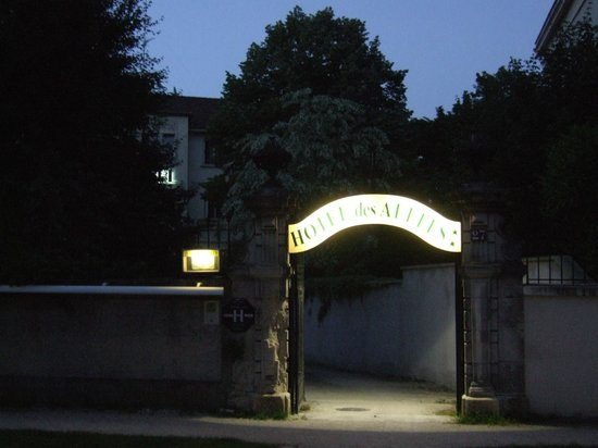 Hotel des Allees: View of the pedestrian entrance from the main road