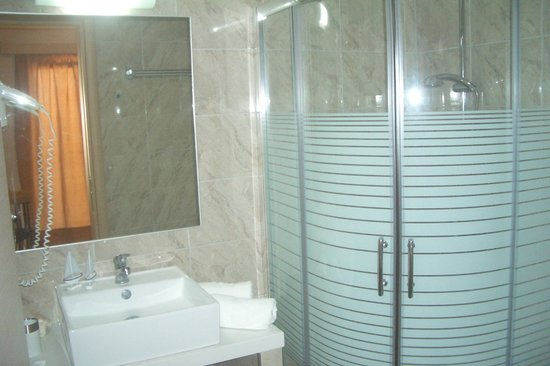 Voula Hotel: the apartment bathroom