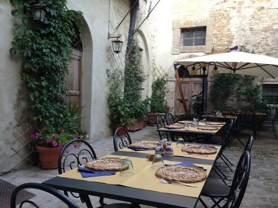 Giardino interno foto di ristorante il grottino bevagna - Giardino interno ...
